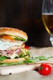 Verse smakelijke hamburger Royalty-vrije Stock Afbeeldingen
