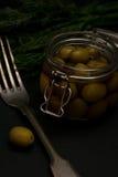 Verse smakelijke olijvendark met selectieve de nadruk donkere foto van de dille uitstekende vork Stock Foto's