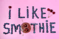 Verse smoothie met kers en bosbes Stock Afbeeldingen