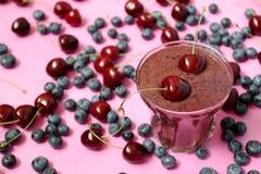 Verse smoothie met kers en bosbes Royalty-vrije Stock Foto's