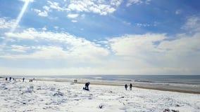 Verse sneeuw op gouden strand royalty-vrije stock afbeeldingen