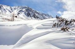 Verse sneeuwdekking in duinen, een de winterlandschap Stock Afbeeldingen