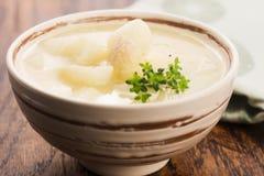 Verse soep van witte asperge stock fotografie
