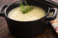 Verse soep van witte asperge stock foto