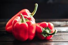 Verse Spaanse pepers op oude houten lijst Gezond voedsel Stock Fotografie