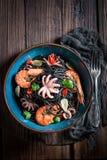 Verse spaghetti met zeevruchten met garnalen, octopus en peterselie royalty-vrije stock afbeeldingen