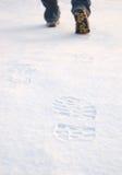 Verse sporen van laarzen op schone sneeuw Stock Foto's