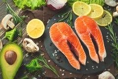 Verse stukken van lapje vleeszalm, forel, zalm, roze zalm met ingrediënten Gezond en schoon voedsel Dieet en veganism, achtergron stock foto's
