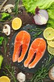 Verse stukken van lapje vleeszalm, forel, zalm, roze zalm met ingrediënten Gezond en schoon voedsel Dieet en veganism, achtergron stock fotografie