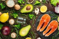 Verse stukken van lapje vleeszalm, forel, zalm, roze zalm met ingrediënten Gezond en schoon voedsel Dieet en veganism, achtergron royalty-vrije stock foto