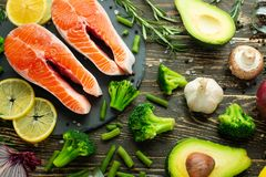 Verse stukken van zalmlapje vlees, forel, zalm, roze zalm Met ingrediëntengroenten, avocado, rozemarijn en broccoli Gezond en stock foto's