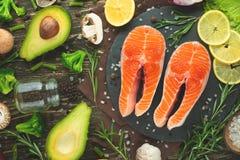 Verse stukken van zalmlapje vlees, forel, zalm, roze zalm Met ingrediëntengroenten, avocado, rozemarijn en broccoli Gezond en royalty-vrije stock afbeeldingen