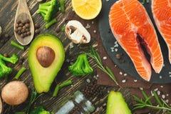 Verse stukken van zalmlapje vlees, forel, zalm, roze zalm Met ingrediëntengroenten, avocado, rozemarijn en broccoli Gezond en stock fotografie