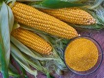 Verse suikermaïs met een kom van graangrutten op houten lijst Selectieve nadruk Het concept van het Ecovoedsel GMO-vrij concept stock foto's
