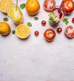 Verse tomaat en jus d'orange met munt in glazen met strogrens, plaats voor tekst houten hoogste dichte mening rustieke als achter Royalty-vrije Stock Foto's