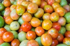 Verse tomaat voor verkoop bij markt Stock Afbeeldingen