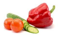 Verse tomaten en gesneden komkommer en Spaanse peper op witte achtergrond Royalty-vrije Stock Afbeeldingen