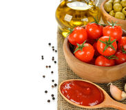 Verse tomaten en kruiden op een witte achtergrond Royalty-vrije Stock Fotografie