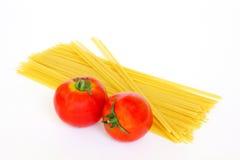 Verse tomaten en ruwe deegwaren Stock Afbeeldingen
