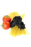 Verse tomaten en ruwe deegwaren Royalty-vrije Stock Foto