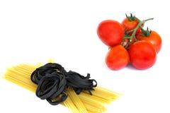 Verse tomaten en ruwe deegwaren Stock Foto