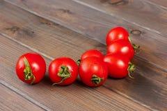 Verse tomaten op de donkere houten lijst Royalty-vrije Stock Fotografie