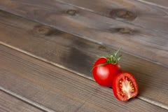 Verse tomaten op de donkere houten lijst Stock Afbeeldingen