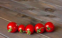 Verse tomaten op de donkere houten lijst Royalty-vrije Stock Afbeelding