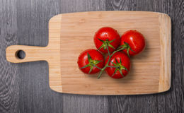 Verse tomaten op hakbord Royalty-vrije Stock Afbeeldingen