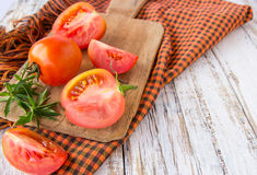 Verse tomaten op witte houten lijst Stock Foto's