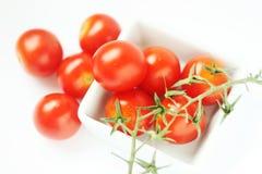 Verse tomaten in vierkante kom Stock Afbeelding