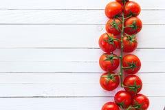 Verse tomatenkers op de witte geschilderde houten achtergrond Aan Royalty-vrije Stock Afbeelding