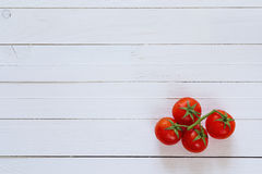 Verse tomatenkers op de witte geschilderde houten achtergrond Aan Royalty-vrije Stock Foto