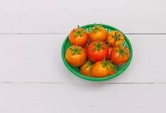 Verse tomatenmand op houten lijst Stock Afbeeldingen