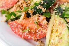 Verse tomatensalade met okkernoten en komkommers royalty-vrije stock foto