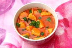 Verse tomatensoep met aardappels stock fotografie