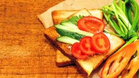 Verse toost met thee op de lijst in de ochtend Smakelijk voedsel Aan Stock Afbeelding