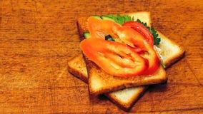 Verse toost met thee op de lijst in de ochtend Smakelijk voedsel Aan Royalty-vrije Stock Fotografie
