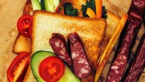 Verse toost met thee op de lijst in de ochtend Smakelijk voedsel Aan Royalty-vrije Stock Foto
