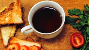 Verse toost met thee op de lijst in de ochtend Smakelijk voedsel Aan Stock Foto's