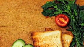 Verse toost met thee op de lijst in de ochtend Smakelijk voedsel Aan Stock Fotografie