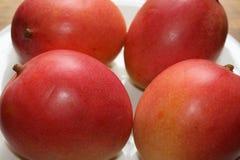 Verse Tropische Mango's op een Witte Plaat Stock Afbeelding