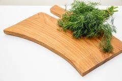 Verse tuindille, kruiden op houten boad Hoogste mening met exemplaarruimte Gehakte verse dille op een knipselraad en een bos van stock foto's
