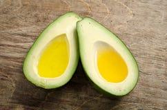 Verse twee halfs van avocado zoals een kom voor olie Stock Afbeelding