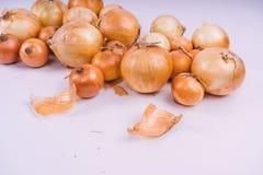 Verse uibollen op witte achtergrond Groenten voor een gezonde voeding De uien zijn rijk aan nuttige vitaminen Uischil royalty-vrije stock foto