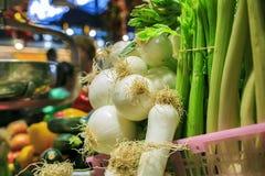 Verse uien in een markt Stock Fotografie
