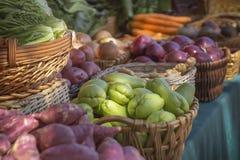Verse vertoning van opbrengst bij de Landbouwersmarkt stock foto