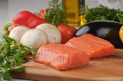 Verse vissen met groenten Stock Fotografie