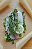 Verse vissen met kruiden en citroen Stock Afbeelding