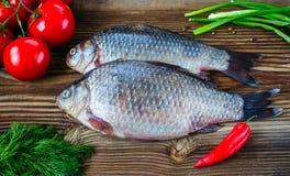 Verse vissen met tomaten, peper, groene uien en venkel Stock Afbeelding